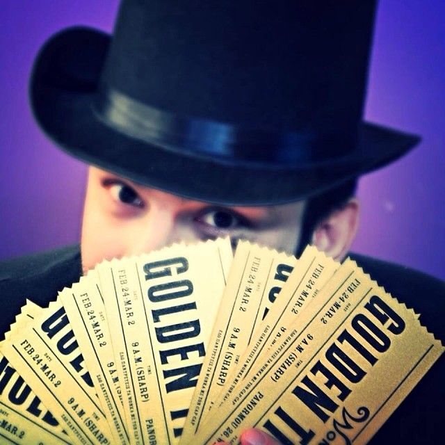 Wonka Week χωρίς εισιτήρια, δεν γινεται! Ανακαλύψτε τα 10 χρυσά Golden Tickets και κερδίστε το μεγάλος μας δώρο! Ο κάθε υπερτυχερός θα μπορεί παρέα με ένα φίλο/η να έρθει στο Cap Cap και να καταναλώσει όσα γλυκά αντέχει! Free Candy for All! Τα εισιτήρια θα δοθούν με διάφορους τρόπους! Κάποια θα κληρωθούν, κάποια θα υπάρχουν μέσα στο χώρο, κάποια θα έρθουν κοντά σας εκεί που δεν τα περιμένετε! Ο μεγάλος μας διαγωνισμός ξεκίνησε!