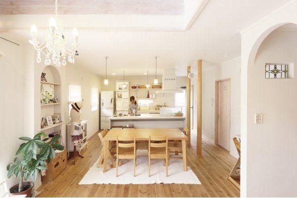 南欧風の塗り壁と無垢のパイン材の床、ステンドグラス、そして何よりセンス良く飾られた雑貨やインテリアが家の雰囲気にマッチ。ホームパーティーも楽しめるオープンなLDKはいつも明るい空間