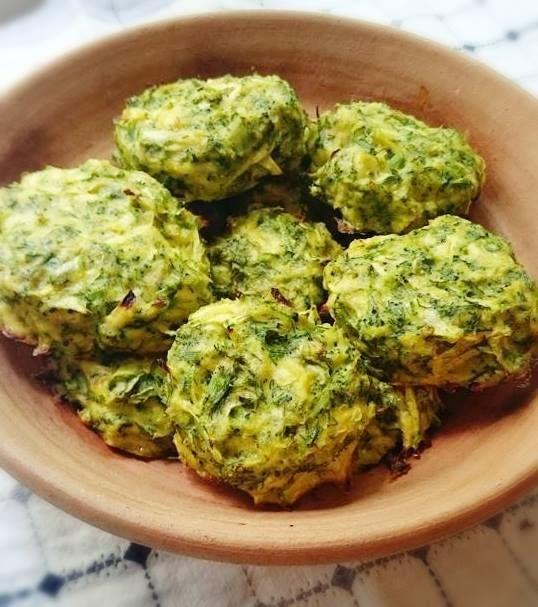 Copiii vor adora aceste chiftele de broccoli! Le pot mânca singuri și le asigură o mare parte din necesarul de substanțe nutritive. Poftă bună!