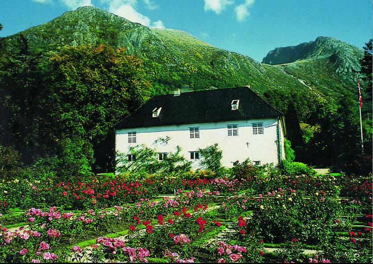 Baroniet Rosendal med renessansehagen. The Barony Rosendal and the renaissance garden.