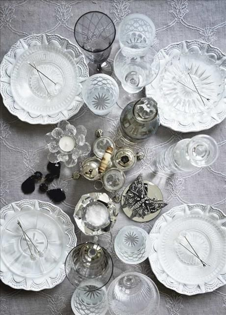Inspiration for white table setting, look at the table cloth, beautiful!