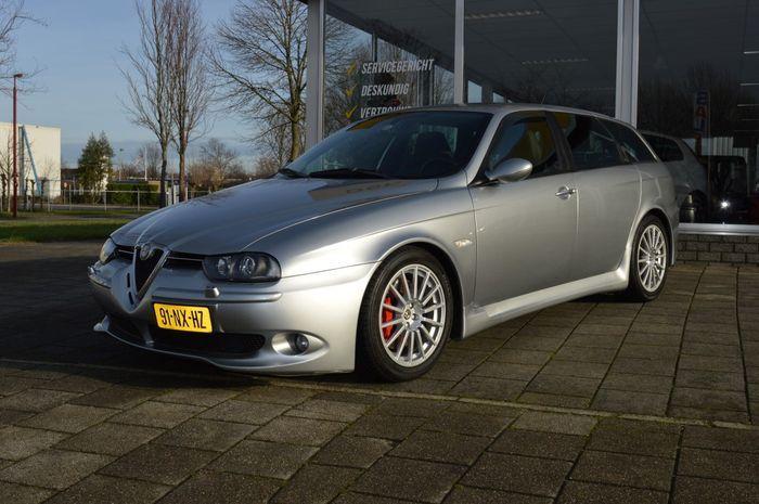 Alfa Romeo - 3.7 GTA Sportwagon - 2004  Echte liefhebbers auto: zeer mooie Alfa Romeo 156 Sportwagon 3.7 V6 GTA Zeer speciale uitvoering blok is getuned van 3.2 naar 3.7 liter. Normaal is het vermogen 250 pk bij deze is dit 340 pk. Auto heeft een zeer lage kilometerstand (23.792 zie foto) en heeft slechts 1 eigenaar gehad! APK momenteel verlopen maar een nieuwe zal geen problemen geven.Deze auto heeft standaard Connect-Nav de enige van alle in Nederland nieuw geleverde auto's.Is voorzien met…