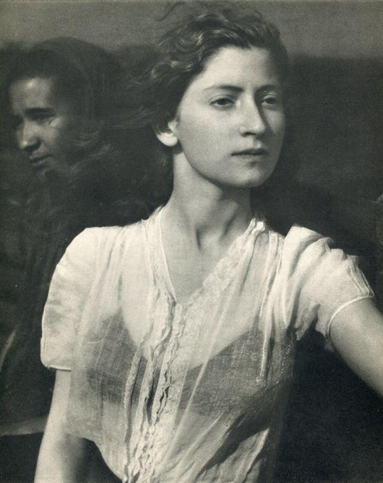 """Edouard Boubat (1923-1999) - Lella  Mooi goede conditie Sheet-Fed diepdruk afgedrukt in Frankrijk 1948 - Image size (215 X 27 cm) - (duim 8.5 X 10.5"""")Édouard Boubat was een Frans fotojournalist en kunst fotograaf. Hij nam zijn eerste foto na de oorlog in 1946 en werd bekroond met de prijs van de Kodak het volgende jaar. Hij reisde de wereld voor het Franse tijdschrift Réalités waar zijn collega Jean-Philippe Charbonnier was en later werkte als freelance fotograaf.Vroege iconische portret van…"""