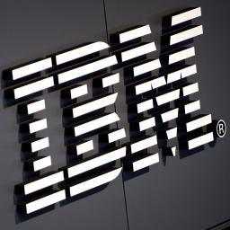 IBM zet kunstmatige intelligentie in tegen gevaren op internet IBM zet zijn zelflerende software Watson in tegen cybercrime. Het programma is over de loop van afgelopen jaar getraind in het herkennen van gevaren op internet.