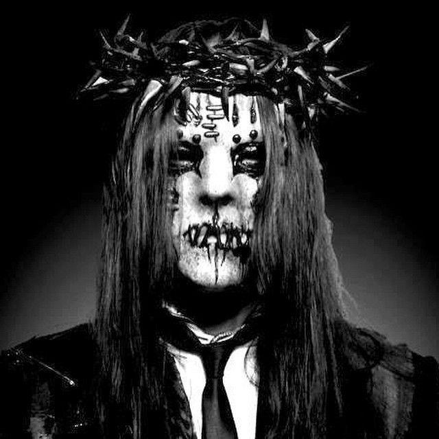 26 de abril de 1975, nace en Des Moines, Iowa, Nathan Jonas Jordison Aldrich, más conocido como Joey Jordison, es un músico y compositor estadounidense, famoso por ser el baterista de Slipknot.Con Slipknot, Jordison ha realizado cuatro álbumes de estudio, y producido el álbum en vivo 9.0: Live . También es guitarrista en la banda Murderdolls, que él ayudó a establecer durante una gira con Slipknot. Originalmente llamado The Rejects, se ha presentado en sus dos álbumes. Jordison ha trabajado…