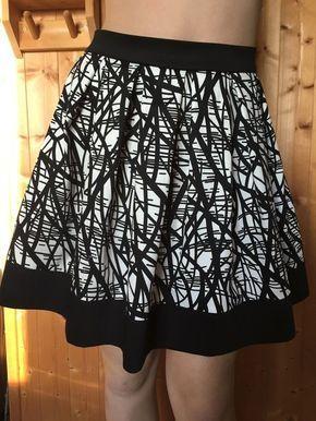 Pour faire une magnifique jupe à plis plats sans patron, et après mon post précédent où j'espère vous avoir aidé dans les calculs pour les plis et la longueur du tissu, voici le TUTO pour vous lancer. Toujours avec mon exemple pour une jupe de 50 cm de...