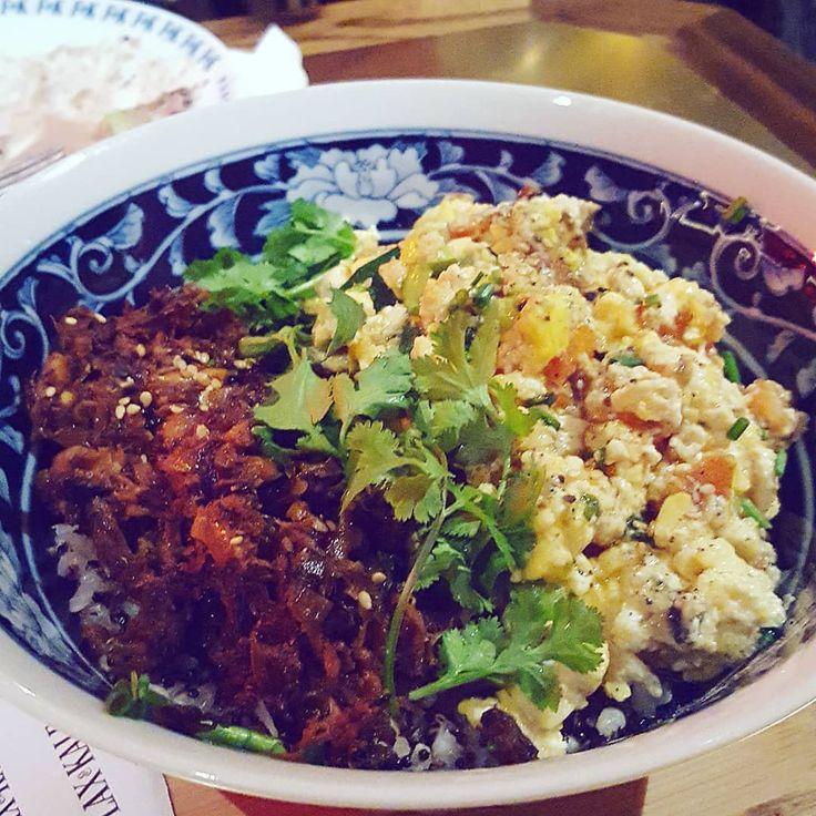 Estos son algunos de los platos que podéis probar en el nuevo @flaxandkale La carta no tiene nada que ver con el flax de tallers y aquí podéis encontrar platos de fusión asiática, como este bol con arroz integral, quinoa y con huevos revueltos vegetales (muy logrados)... La ensalada es la burmese festival salad y el postre es un mix de diferentes postres que me encantaron (teresa's healthy indulgence mix). Ya me contaréis si os pasáis, qué os ha parecido. Pd. Se me olvido deciros, que lo…