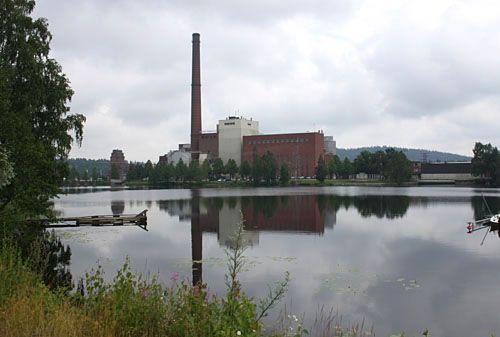 Mäntän keskustaa hallitsee Koskelanlammen takana kohoava Metsä Tissuen tehdas.