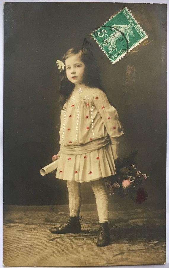 Woest uitziende meisje * antieke jurk met de hand geschilderd polka dots * schoolmeisje bedrijf diploma * antieke briefkaart begin 1900