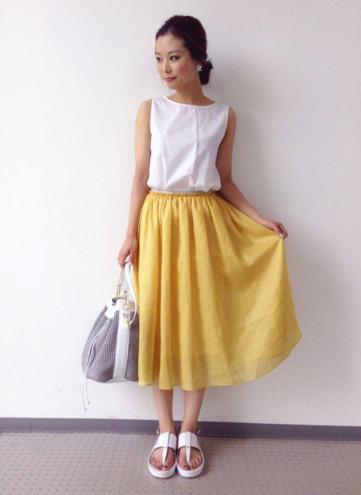 ビタミンカラーのイエロー×軽やかなオーガンジー素材のスカートが主役♪トップやシューズをホワイトで揃えた、爽やかさ満点のサマールックです。
