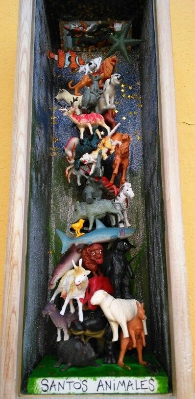 Santos animales. Caja de madera, técnica mixta, muñequitos... 13X13X39cm