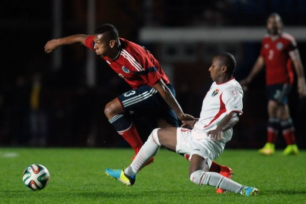 Fredy Guarín aludiendo un defensa Jordano, minutos más tarde pega un potente riflazo y convierte el 3er gol para la seleción Colombia.