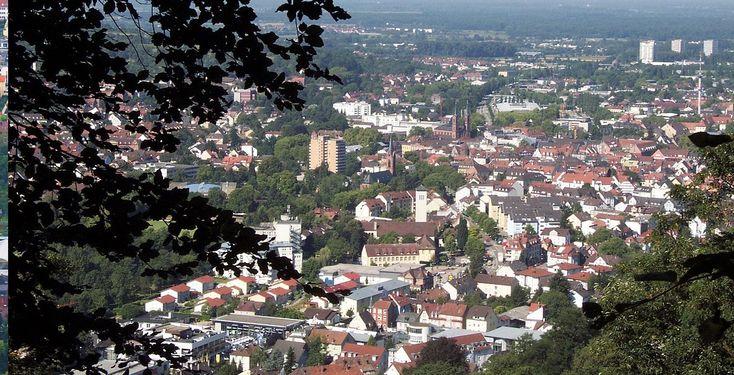 Lahr (Baden-Württemberg): Lahr/Schwarzwald ist eine Stadt im Westen Baden-Württembergs, etwa 38 km nördlich von Freiburg im Breisgau und 100 km südlich von Karlsruhe. Sie ist nach der Kreisstadt Offenburg die zweitgrößte Stadt des Ortenaukreises und bildet ein Mittelzentrum für die umliegenden Gemeinden.  Mit Inkrafttreten der baden-württembergischen Gemeindeordnung wurde Lahr 1956 zur Großen Kreisstadt. Mit der Gemeinde Kippenheim ist die Stadt eine Vereinbarte Verwaltungsgemeinschaft…