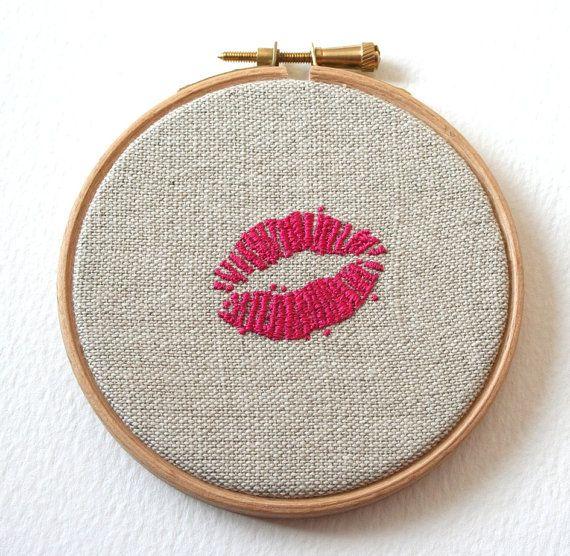 Bordada a mano de labios rosados brillantes cosidas ilustración lápiz labial rastros aro Arte San Valentín regalos