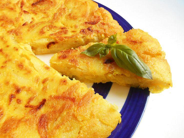 Plat parmi les plus typiques de la cuisine espagnole, la tortilla de  patatas est une épaisse omelette aux pommes de terre rissolées avec de  l'oignon.  Elle se végétalise à merveille: son apparence, sa texture, sa couleur  (grâce au curcuma) restent la même, son goût proche et, au contraire de ce  que l'on pourrait penser, le remplacement des œufs par la farine de pois  chiche et le tofu soyeux l'allège considérablement! La mise en œuvre reste  par ailleurs identique: les pommes de terre…