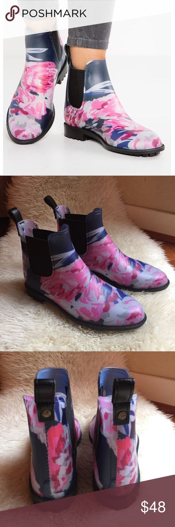 NWT Joules Rockingham Chelsea Boots These clever, neat-fitting Chelsea-style boots are made with an outer of translucent synthetic rubber to show off the eye-catching printed lining underneath. They're cool enough to wear as a regular boot but have all the benefits of a waterproof welly. Elasticated gusset & pull tabs, water-dispensing grip tread & removable insoles. Size 9, recommended for size 8 -8.5. Soles measure 11 inches long. Brand new, have never been worn. First photo is a stock…