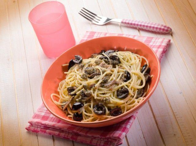 Spaghetti con pesto di olive: la ricetta con capperi e acciughe