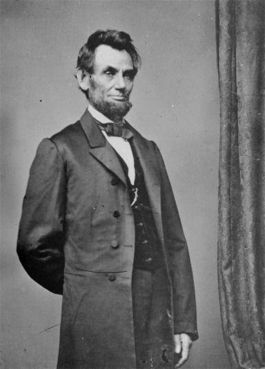 """Abraham Lincoln retratado por Mathew Brady. Es célebre su frase """"todo se lo debo a Brady"""" o """"Brady y el instituto Cooper  me hicieron presidente"""". Formato carte-de-visite. La primera vez que Brady retrató a Lincoln fue el día de su primer discurso ante una mayoría republicana en la Cooper Union. La imagen recorrió América."""