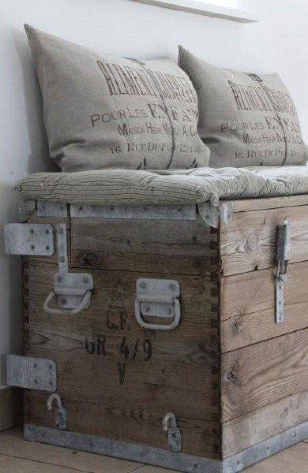 Zitplek en opbergruimte in 1, gemaakt van een oude houten kist.