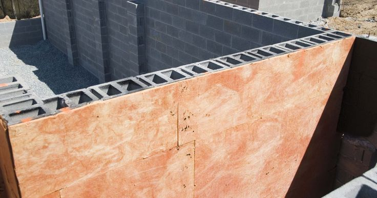 Cómo adjuntar un techo de madera a una construcción de bloques de hormigón. Adjuntar un techo de madera a una construcción de bloques de hormigón es difícil pero posible. Fallar al crear un punto de conexión resultará en un techo fallido, especialmente con vientos fuertes. Sin embargo, quien lo haga por sí mismo puede adjuntar un techo de madera a bloques de hormigón, con poco o ningún entrenamiento, en uno o dos días, ...