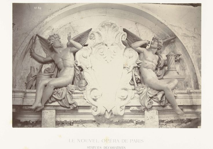 Louis-Emile Durandelle | Twee beelden van mannelijke engelen met een kwast in de hand, zittend aan weerszijde van een medaillon, gesitueerd boven een deurpartij., Louis-Emile Durandelle, Ducher et Cie, c. 1878 - 1881 |