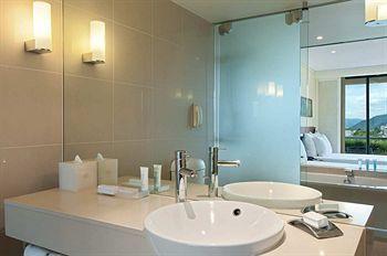 Hilton Cairns Bathroom