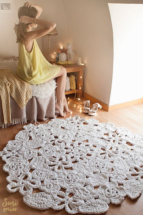 Alfombra de trapillo compuesta por muestras con forma de flores, cosidas entre sí a mano. Como sólo se realiza mediante pedido, es posible elegir los