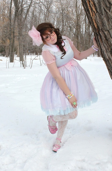 Sweet lolita. Lovely chiffon dress and perfect pose! Plus size beauty, too.