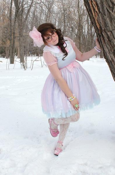 Sweet lolita. Lovely chiffon dress and perfect pose! Plus size beauty, too.