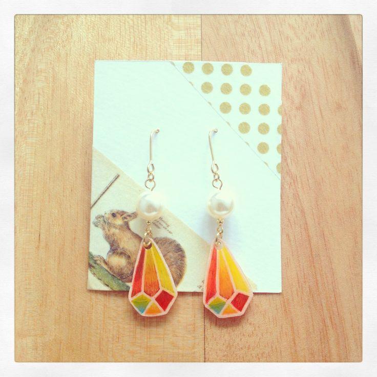 プラ板に自作のイラストと人工パールを組み合わせて。オレンジの爽やかなピアス