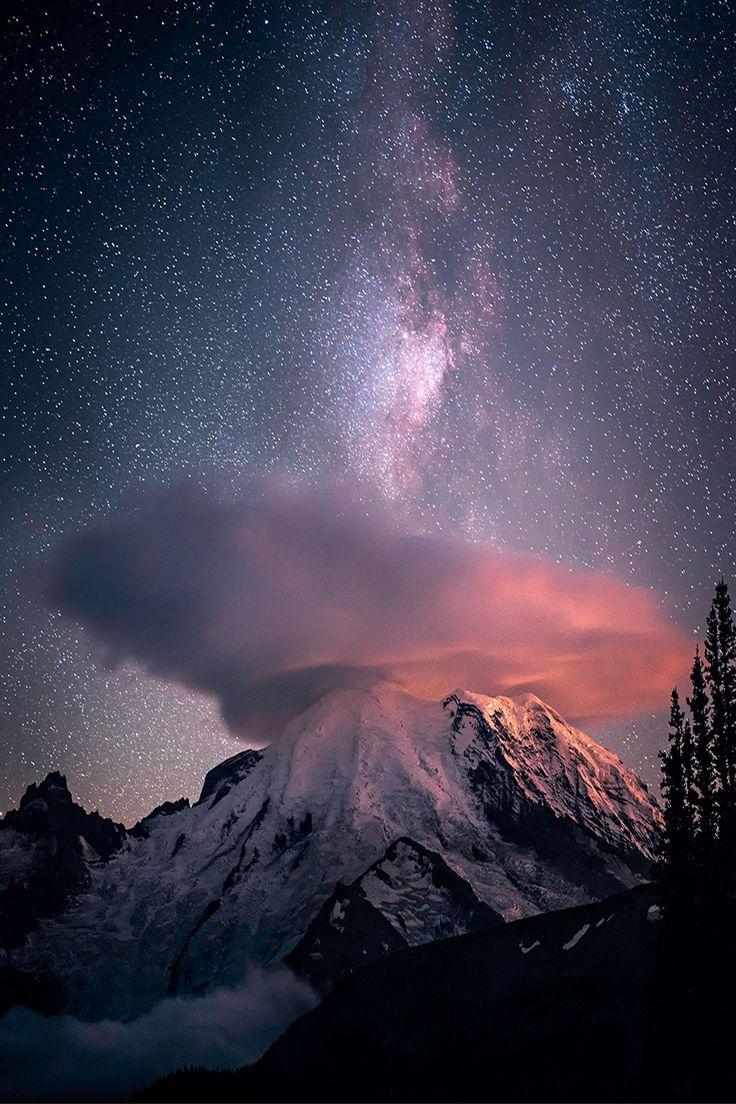 雲の帽子のかぶったアメリカ レーニア山と天の川                                                       …