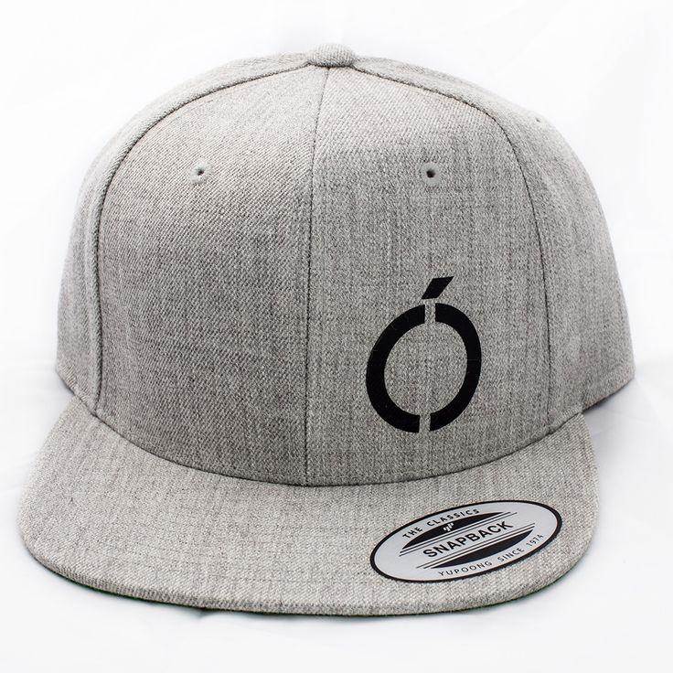 Grå snapback med sort logo.