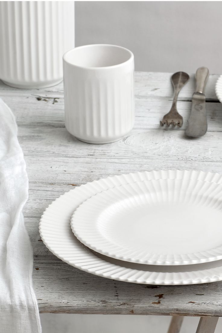 Our original Lyngby thermo cup (30 cl) and plates (Ø 21 cm and Ø 27 cm) in white porcelain.