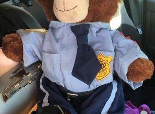 Agar Tetap Aman Saat Bertugas, Gadis Kecil Ini Berikan Teddy Bear Kepada Polisi Sebagai 'Pelindung'nya