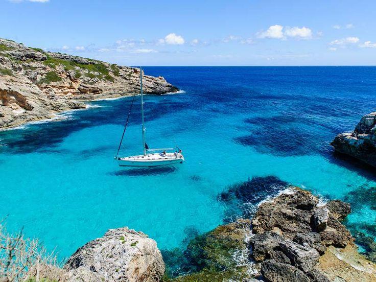 #Majorque  Majorque est la plus grande des îles Baléares et se situe en mer Méditerranée. On y trouve sur le nord de l'île de majestueuses falaises calcaires plongeant dans des eaux translucides, saphir et turquoise. Sur les côtes sud, des yachts viennent jeter l'ancre dans des criques idylliques, accessibles uniquement par la mer ou à pied.