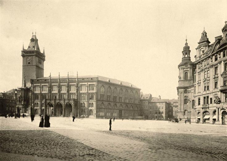 Pohled na Staroměstské náměstí od Dlouhé ulice v roce 1904. Uprostřed severovýchodní křídlo Staroměstské radnice, Krennův dům již zbořen.