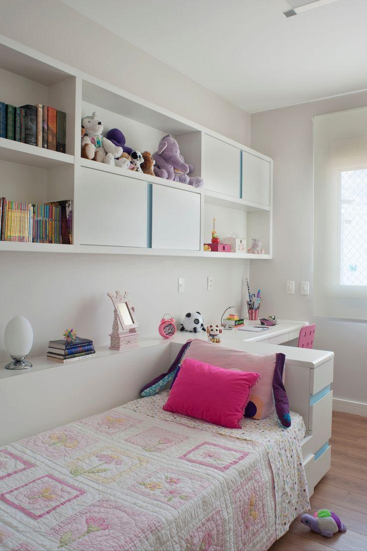 Nichos, caixas com rodízios e móveis sob medida organizam quarto da criança - UOL Estilo de vida