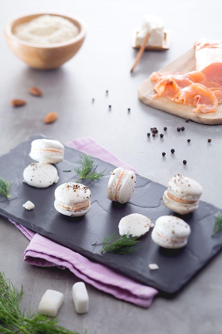 Questi #macaron #salati al #salmone e #aneto sono un'esperienza sensoriale davvero particolare: la dolcezza della base di #meringa crea un contrasto con la delicatezza salata del salmone...provare per credere! #ricetta #GialloZafferano