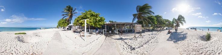 Los Cayos Dos Mosquises son dos cayos que forman parte del Archipiélago Los Roques, administrativamente forman parte de las Dependencias Federales de Venezuela, y se encuentran localizados en las Pequeñas Antillas en el Mar Caribe..El Cayo Dos Mosquises Norte, a diferencia de otros cayos de los Roques, posee la particularidad de albergar una Estación de Investigación de Biología Marina construida en el año 1976 y manejada por la Fundación Cien...