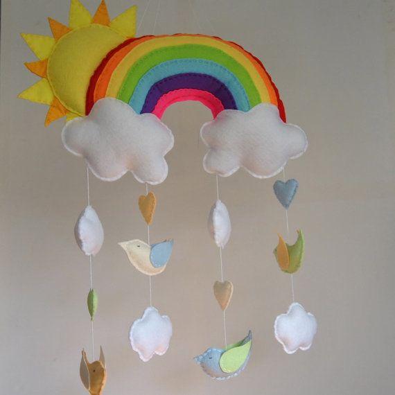 Sol y arco iris bebé móvil - colores - fieltros aves y nubes - hechas a cuna de…