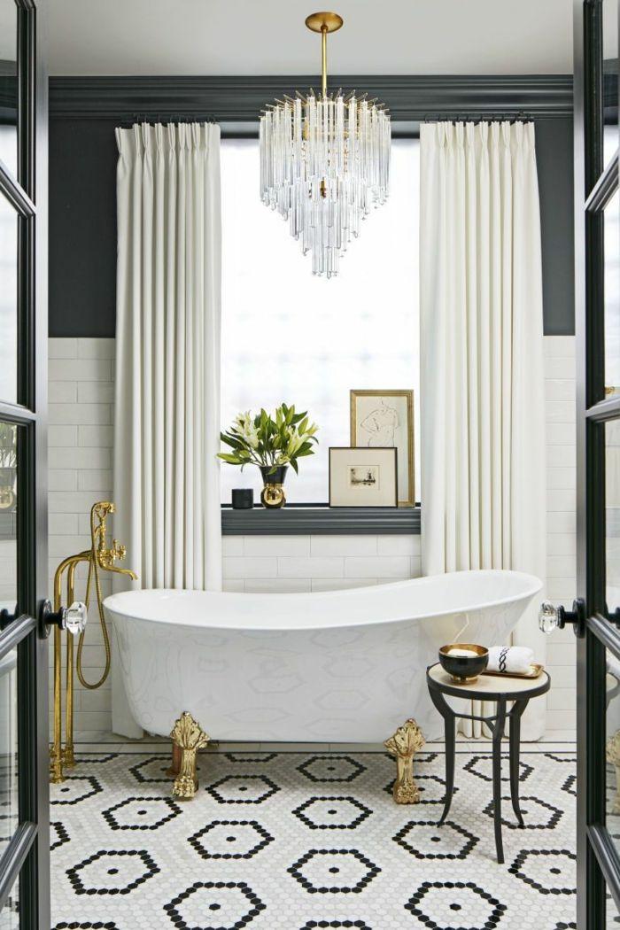 salle de bain en noir et blanc, grand plafonnier en cristal ...
