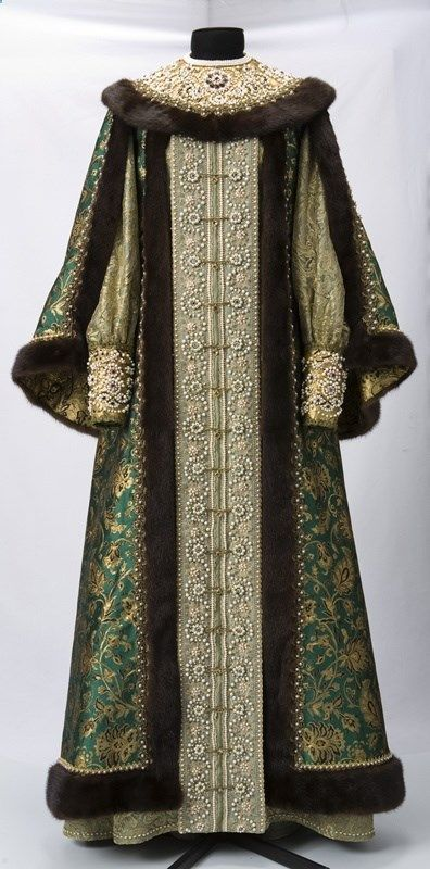 translation of description: Swan Song reenactor: Russian folk warm clothing. Books on Russian folk costume.