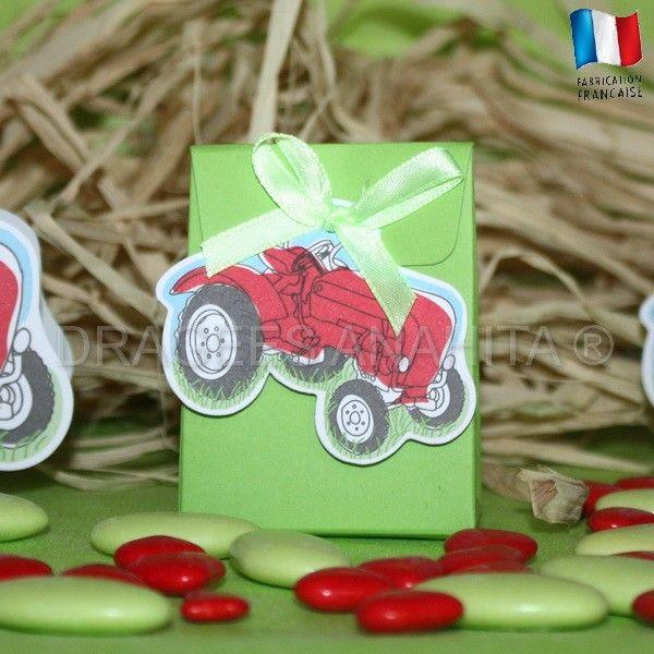 Un pochon à dragées avec son étiquette en forme de tracteur, une idée originale pour célébrer un baptême ou un mariage sur le thème de la ferme.