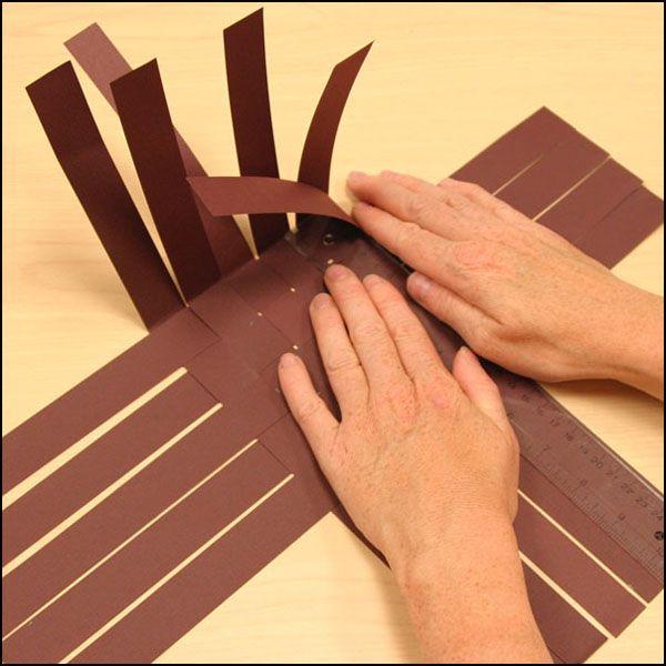 Photo montrant l'étape 4 de la fabrication d'un panier en papier tressé