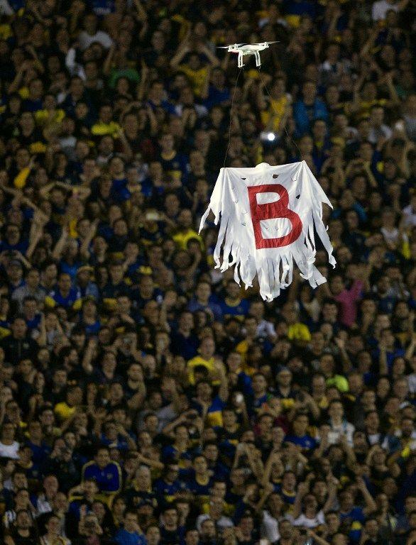 Superclásico suspendido: hinchas de Boca lanzaron gas pimienta a jugadores de River El segundo tiempo no pudo empezar y durante más de una hora estuvieron en la cancha para definir. La violencia le volvió a ganar al fútbol. http://subrayado.com.uy/Site/noticia/44995/boca-y-river-definen-la-serie-por-copa-libertadores-en-la-bombonera