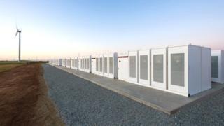 Cómo es y para qué sirve la batería de litio más grande del planeta - https://www.vexsoluciones.com/noticias/como-es-y-para-que-sirve-la-bateria-de-litio-mas-grande-del-planeta/