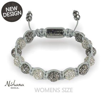 Ein neues, leichtes und feminines Armband mit weißen und grauen Himalaja Kristallen, bei dem sich das feine graue Makramee harmonisch unterordnet.