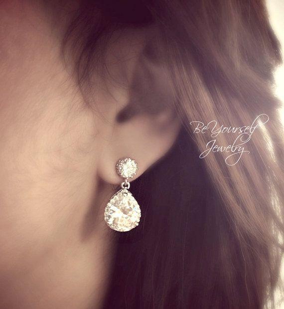 Einzigartigen und feinen Braut Ohrringe mit Zirkonia Qualitätskomponenten und Sterling Silber Beiträge. Diese Ohrringe sind die perfekte Größe, wenn Sie auf der Suche nach einem super funkelnde Ohrringe, die ist nicht übertrieben, sondern bringt noch einen wunderschönen Diamanten aussehen und Eleganz. Ideal für Hochzeiten und besondere Anlässe.  Diese Ohrringe messen etwa 1 in der Länge. Sie sind hypoallergen, Glanz Rhodium plattiert und trüben resistent.  Die passende Halskette ist hier…