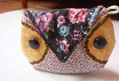 I love sewing those little owls. Apart from the keychain holders (Pouch), I have been making little owl coin purses too! Look... they are...