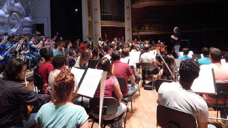 """Orquestra Experimental de Repertório faz concerto gratuito no Theatro Municipal pelo projeto """"Municipal na Cidade""""."""